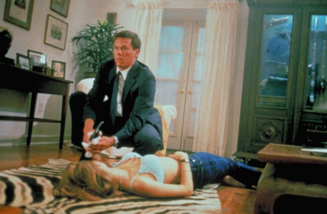 Die Lage spitzt sich zu: Trotz Observation kann Sergeant Ray Duquette (Kevin Bacon, l.) den Mord an Kelly (Denise Richards, r.) nicht verhindern ... - Bildquelle: Columbia Tri-Star