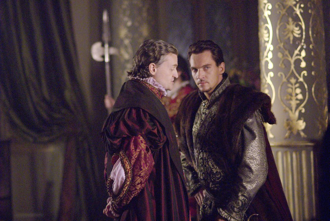 König Henry VIII. (Jonathan Rhys Meyers, r.) hört sich das Angebot des Botschafter des Kaisers (Anthony Brophy, l.) an - und ist darüber entsetzt ..... - Bildquelle: 2008 TM Productions Limited and PA Tudors II Inc. All Rights Reserved.