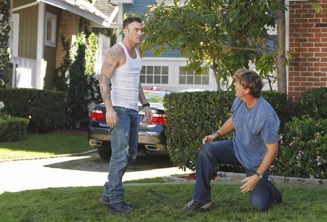 Geraten aneinander: Richard (John Schneider, r.) und Keith (Brian Austin Green, l.) ... - Bildquelle: ABC Studios