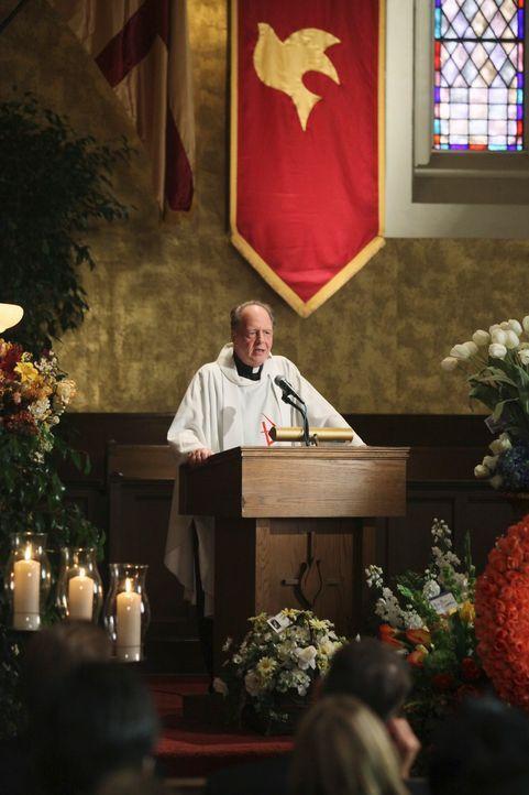 Karls Beerdigung findet statt. Der Priester (Jeff Doucette) erzählt davon, dass Tragödien Menschen oftmals dazu verleiten, sich zu fragen, inwiefern... - Bildquelle: ABC Studios
