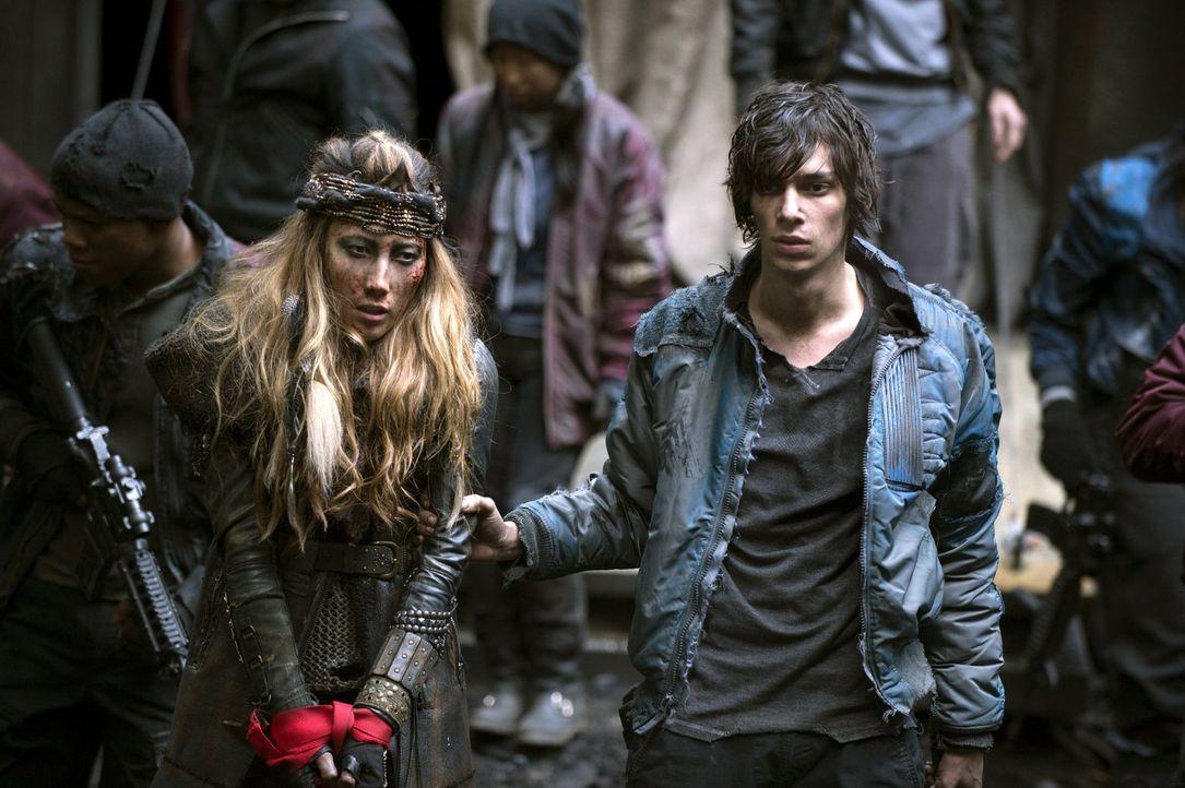 Noch ahnt Jasper (Devon Bostick, r.) nicht, was noch auf sie zukommen wird, Anya (Dichen Lachman, l.) erkennt den Ernst der Lage jedoch sofort ... - Bildquelle: Warner Brothers