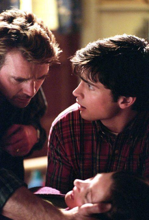Clark (Tom Welling, r.) und sein Vater (John Schneider, l.) machen sich große Sorgen um Martha (Annette O'Toole) ... - Bildquelle: Warner Bros.