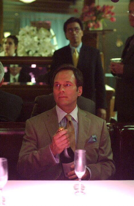 Bilder aus dem Jahre 1985: Börsenmakler Charles Danville (William Bumiller) feiert seinen Erfolg ... - Bildquelle: Warner Bros. Television