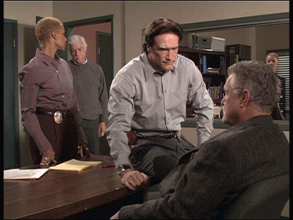Steven (Barry Van Dyke, 2.v.r.) findet heraus, dass Julias Großvater hereingelegt und nach dem Mord an seiner Frau unschuldig zum Tode verurteilt w... - Bildquelle: Viacom