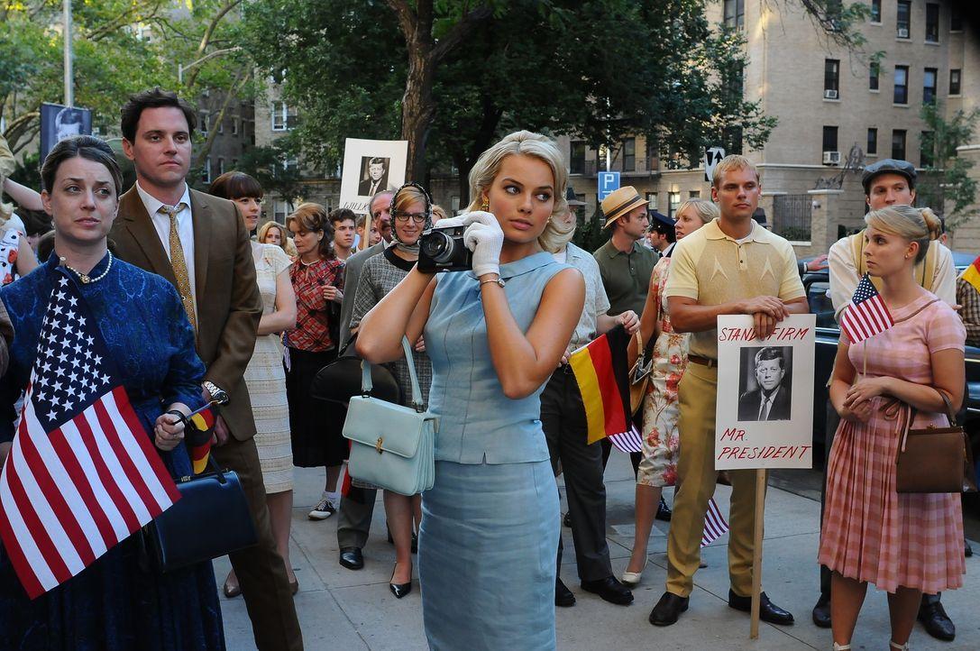 Die große, weite Welt und Laura (Margot Robbie, M.) ist mitten drin. Genau solche aufregenden Erlebnisse hat sie sich gewünscht ... - Bildquelle: 2011 Sony Pictures Television Inc.  All Rights Reserved.