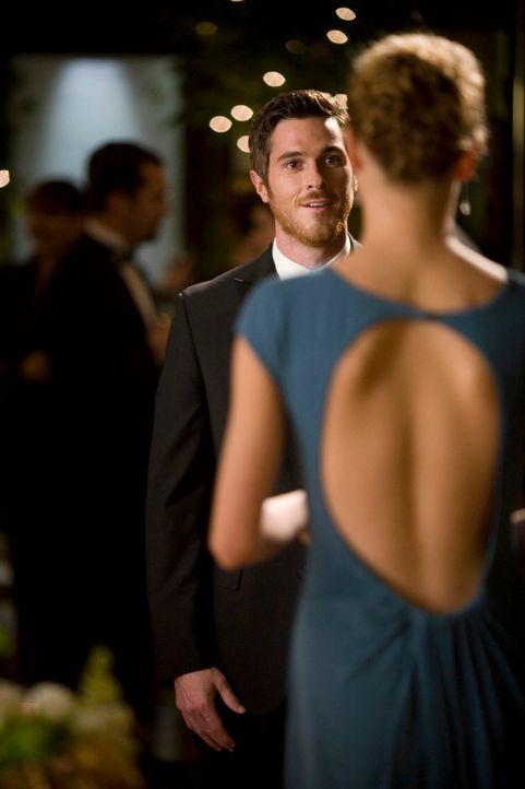 Rebecca (Emily VanCamp, r.) beschließt, Justin (Dave Annable, l.) nicht zu sagen, dass William Walker nicht ihr leiblicher Vater ist ... - Bildquelle: Disney - ABC International Television