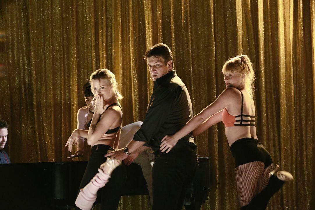 Als eine Tänzerin auf einem Kreuzfahrtschiff ermordet wird, legt Castle (Nathan Fillion, M.) selbst Hand an und schwingt mit zwei Tänzerinnen (Denna... - Bildquelle: Mitchell Haaseth 2015 American Broadcasting Companies, Inc. All rights reserved.