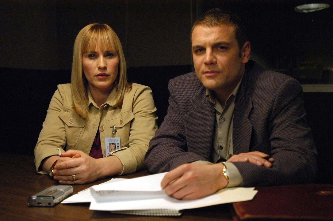 Ein äußerst verzwickter Fall steht Detective Lee Scanlon (David Cubitt, r.) und Allison (Patricia Arquette, l.) bevor ... - Bildquelle: Paramount Network Television