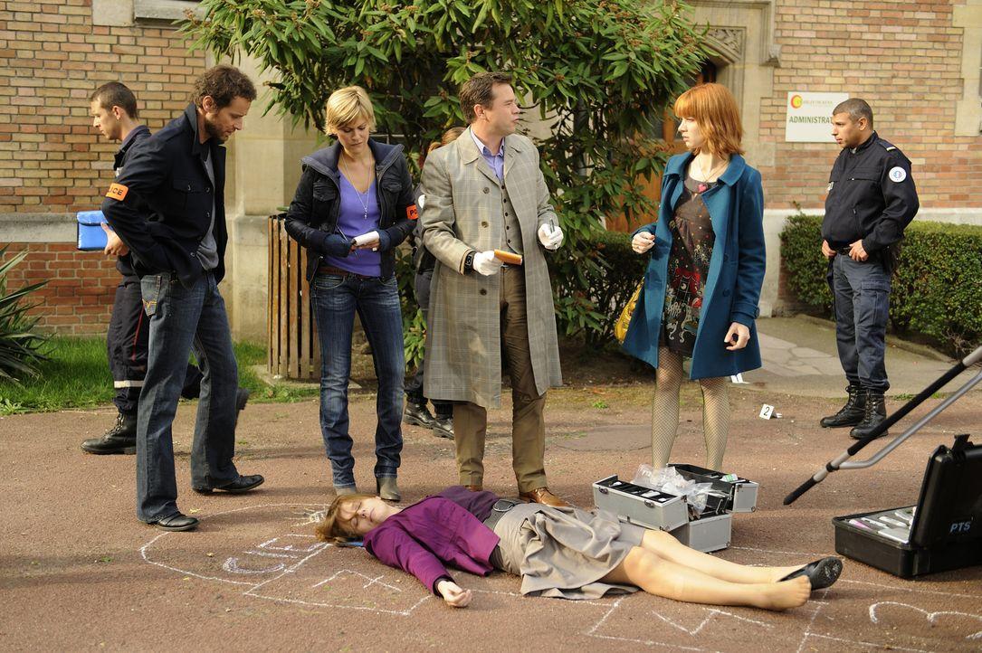 Als eine Frau tot auf einem Schulhof aufgefunden wird, versuchen Matthieu (Guillaume Cramoisan, l.), Fred (Vanessa Valence, 2.v.l.), der Doc (Guilla... - Bildquelle: 2008 - Beaubourg Audiovisuel/BeFilms/RTBF (Télévision Belge)