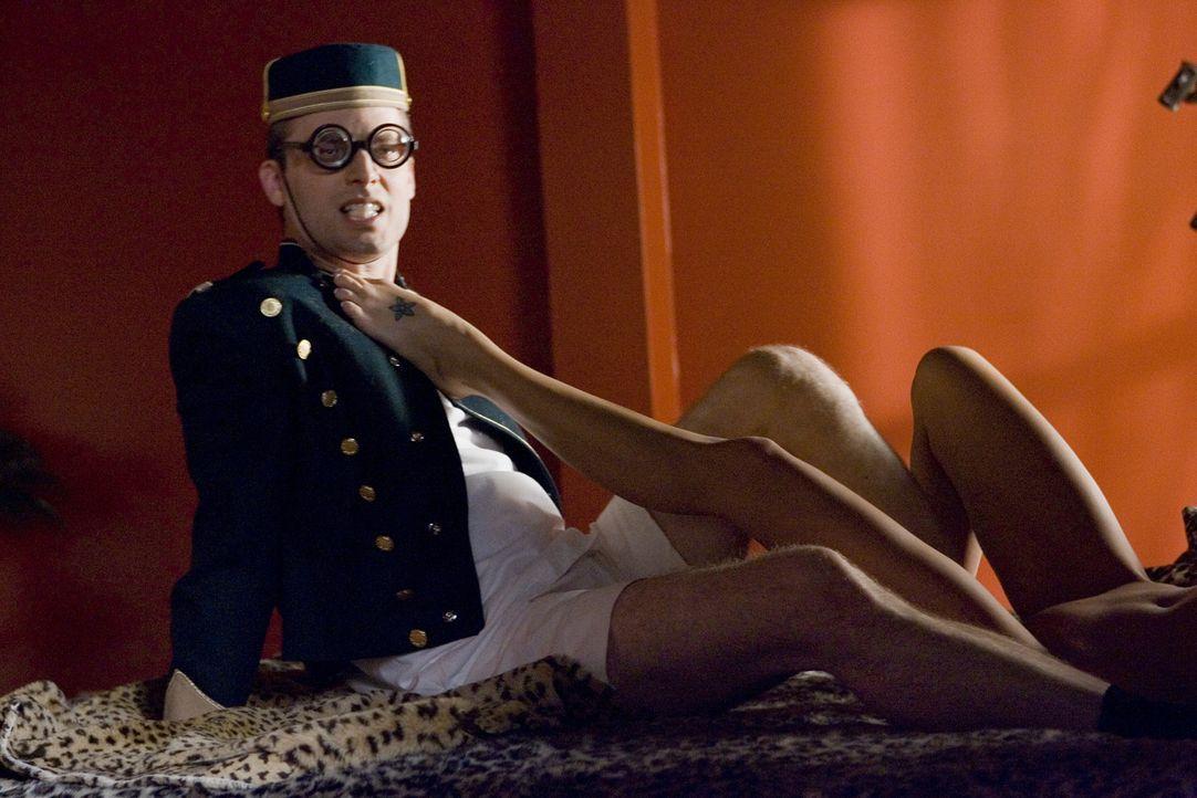 Für Andy (Justin Kirk) geht ein Traum in Erfüllung: Er wird bei einer Pornofilm-Produktion als Darsteller eingesetzt ... - Bildquelle: Lions Gate Television