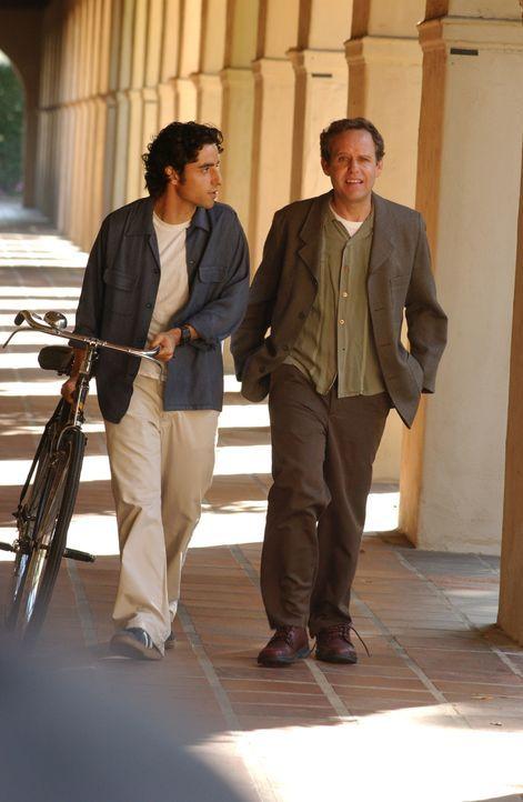 Um gemeinsam mit seinem Bruder einen Fall des FBIs zu lösen, holt sich Charlie (David Krumholtz, l.) Rat bei seinem Mentor Dr. Larry Fleinhardt (Pet... - Bildquelle: Paramount Network Television