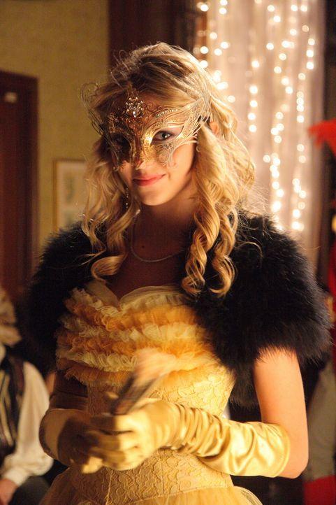 Auf dem Maskenball kommt es zu einer folgenschweren Verwechslung, weil Jenny (Taylor Momsen) ihre Kleidung mit Serenas vertauscht ... - Bildquelle: Warner Brothers