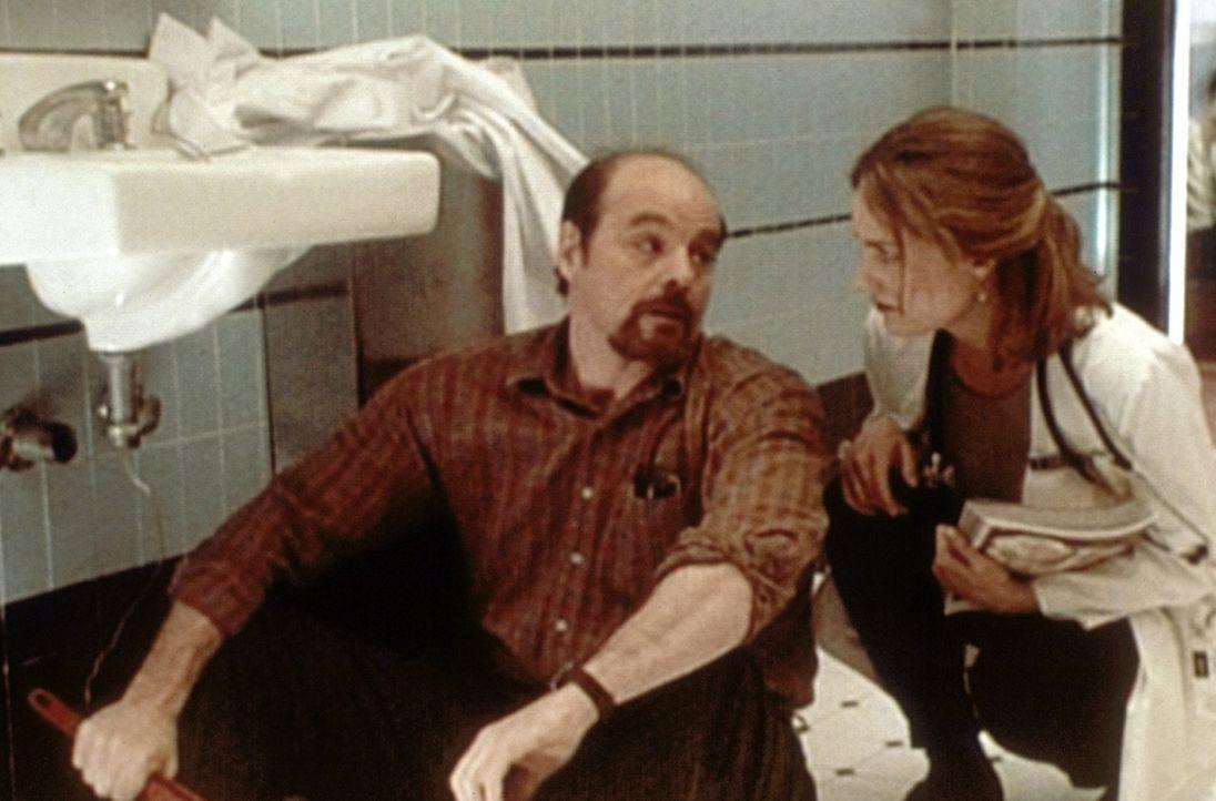 William Swift (Michael Ironside, l.), der neue Chef der Notaufnahme, versucht, den Klempner zu ersetzen. Susan Lewis (Sherry Stringfield, r.) gibt i... - Bildquelle: TM+  WARNER BROS.