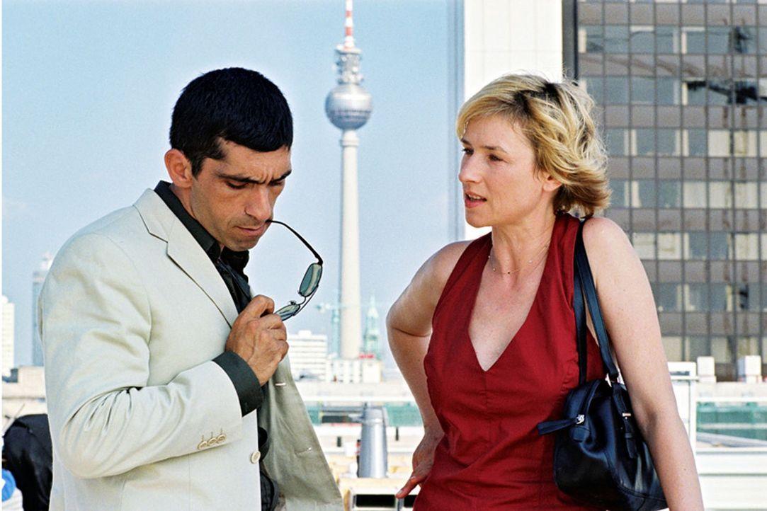 Eva Blond (Corinna Harfouch, r.), eine intelligente und mutige Polizistin, bekommt einen neuen Kollegen zur Seite gestellt - den Türken Alyans (Erd... - Bildquelle: Sat.1