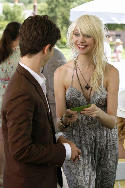 Nach gemeinsamen erholsamen Ferien in den Hamptons sind Eric (Connor Paolo, l.) und Jenny (Taylor Momsen, r.) auch weiterhin wie Bruder und Schweste... - Bildquelle: Warner Brothers