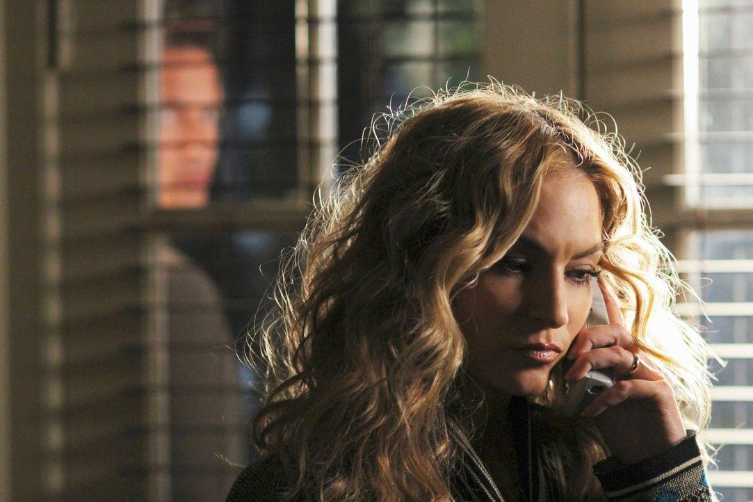 Angie (Drea de Matteo, r.) ahnt noch nicht, dass Patrick Logan (John Barrowman, l.) hinter ihr her ist und sie in großer Gefahr schwebt ... - Bildquelle: ABC Studios