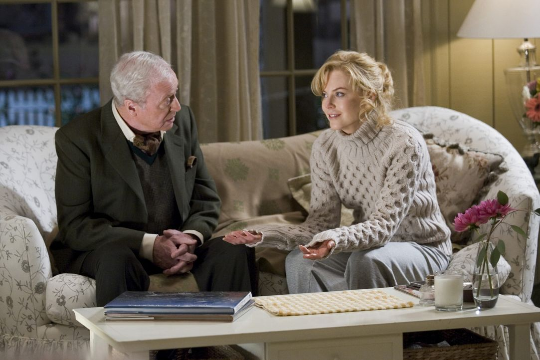 Isabel (Nicole Kidman, r.) will der Hexerei abschwören. Sie sehnt sich, sehr zum Verdruss ihres Hexenmeistervaters Nigel (Michael Caine, l.), nach n... - Bildquelle: 2005 Columbia Pictures Industries, Inc. All Rights Reserved.
