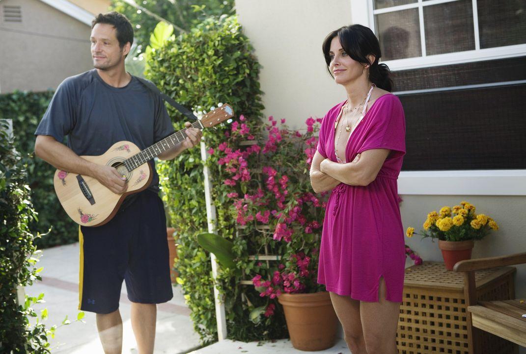 Grayson (Josh Hopkins, l.) wettet mit Jules (Courteney Cox, r.), dass sie es nicht schafft, einen ganzen Tag alleine zu verbringen. Wird er Recht be... - Bildquelle: 2009 ABC INC.