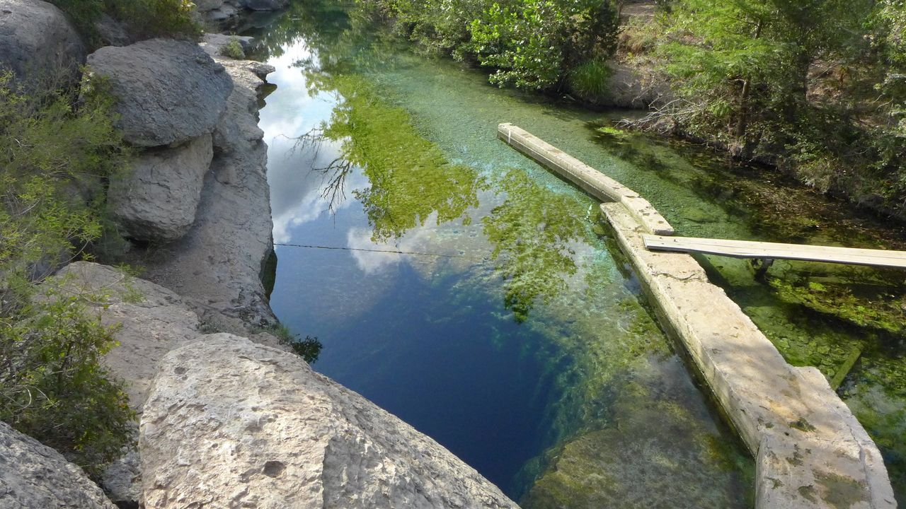 "Der Weg ins perfekte Badeerlebnis in ""Jacob's Well"" in Texas, USA führt über diese Holzbrücke ... - Bildquelle: 2016, The Travel Channel, L.L.C. All Rights Reserved."