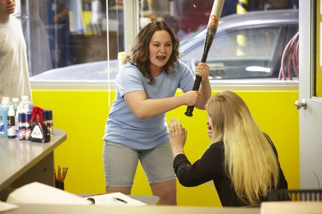Die eifersüchtige Shelly (l.) attackiert Tabitha (r.), die angeblich eine Affäre mit dem Mann von Shelly hatte ... - Bildquelle: Ian Watson Cineflix 2014