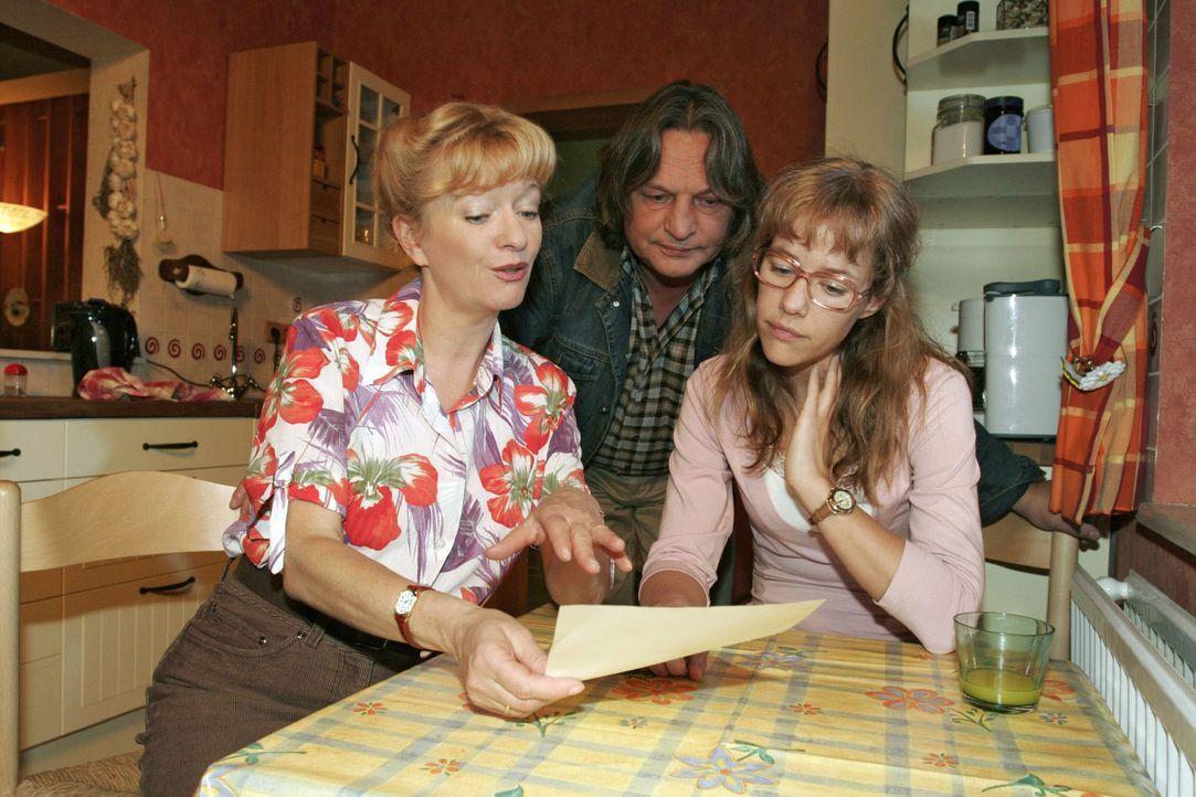 """Helga (Ulrike Mai, l.) erzählt Bernd (Volker Herold, M.) und  Lisa (Alexandra Neldel, r.) begeistert von einem dubiosen """"Systemspiel"""", bei dem man a... - Bildquelle: Noreen Flynn SAT.1 / Noreen Flynn"""