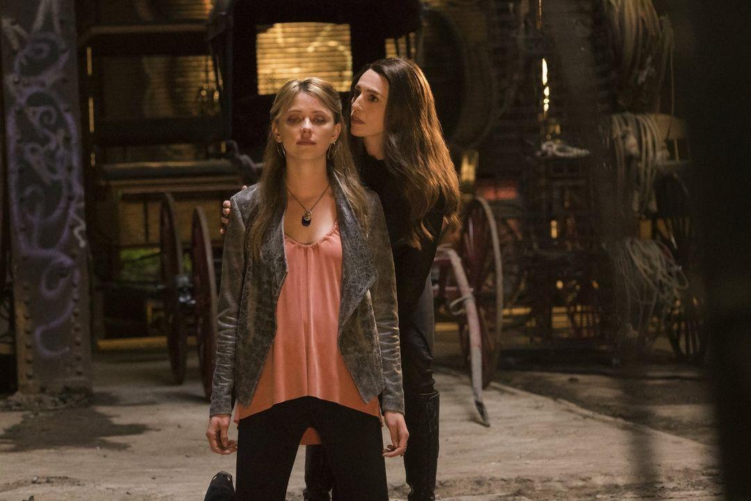 Freya (Riley Voelkel, l.) muss schnell handeln, wenn sie sich gegen die übermächtige Dahlia (Claudia Black, r.) zur Wehr setzten will. Doch wird sie... - Bildquelle: Warner Bros. Entertainment, Inc