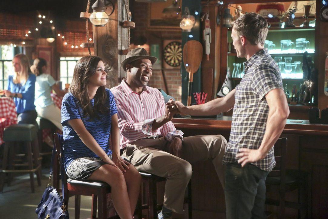 Zoe (Rachel Bilson, l.) ist geschockt, als sie Wade (Wilson Bethel, r.) beim Flirten erwischt. Kann Lavon (Cress Williams, M.) Wade dabei helfen, mi... - Bildquelle: 2014 Warner Brothers