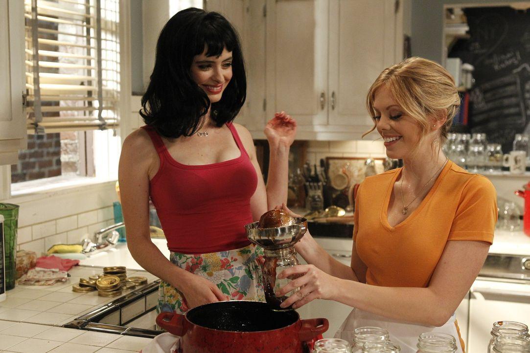 Das scheinbar harmlose Marmeladekochen ist dank Chloe (Krysten Ritter, l.) für June (Dreama Walker, r.) plötzlich nicht mehr mit ihren Moralvorstell... - Bildquelle: 2012 American Broadcasting Companies. All rights reserved.