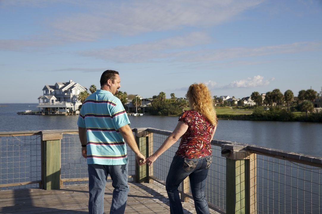 John (l.) und Desiree (r.) suchen nach einem Haus direkt am Golf von Mexiko. Doch reicht ihr Budget dafür aus? - Bildquelle: 2013,HGTV/Scripps Networks, LLC. All Rights Reserved