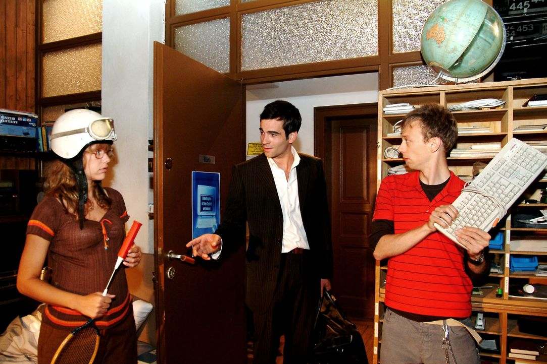 """Lisa (Alexandra Neldel, l.) und Jürgen (Oliver Bokern, r.) sind vor den Schlägern in Deckung gegangen - und überrascht, dass """"nur"""" David (Mathis Kün... - Bildquelle: Monika Schürle SAT.1 / Monika Schürle"""