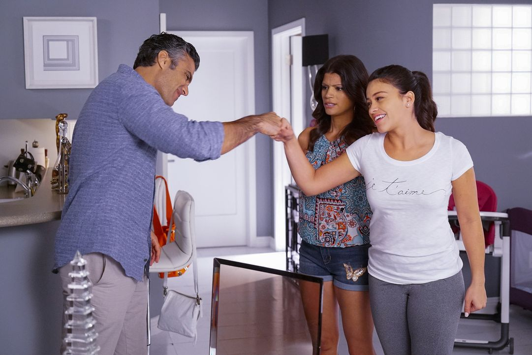 Xo (Andrea Navedo, M.) und Jane (Gina Rodriguez, r.) finden den Verlobungsring von Liliana und glauben, dass Rogelio (Jaime Camil, l.) Xo bald einen... - Bildquelle: Greg Gayne 2015 The CW Network, LLC. All rights reserved.