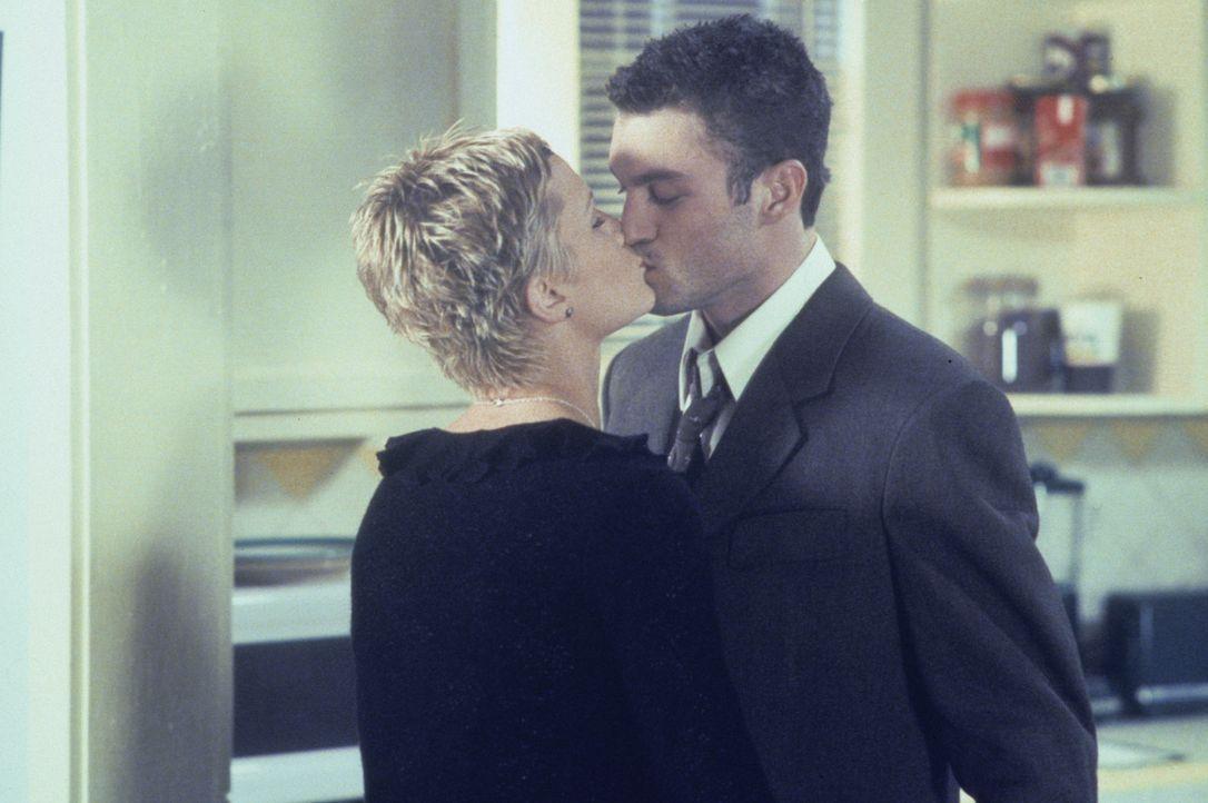 Wird David (Brian Austin Green, r.) zu ihrem Spielball, nachdem sich Kelly (Jennie Garth, l.) mit Matt gestritten hat? - Bildquelle: Paramount Pictures