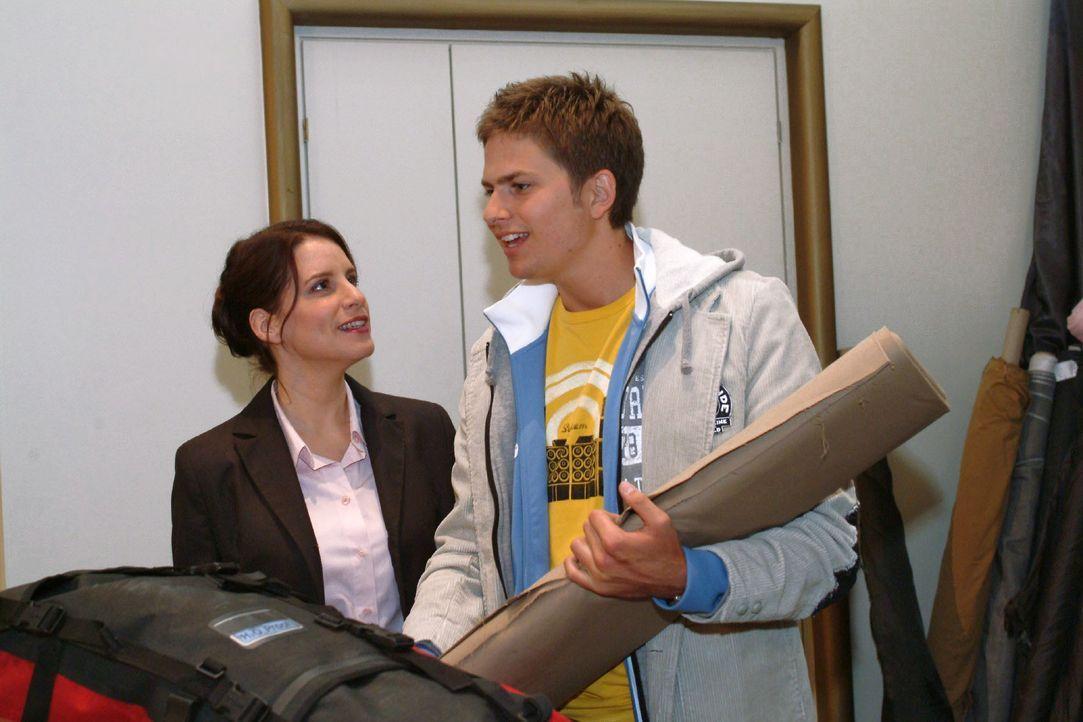 Timo (Matthias Dietrich, r.) ist froh, dass Inka (Stefanie Höner, l.) nicht mehr beleidigt ist, sondern sogar bei seinem Umzug zu Hannah mit anpacke... - Bildquelle: Monika Schürle SAT.1 / Monika Schürle