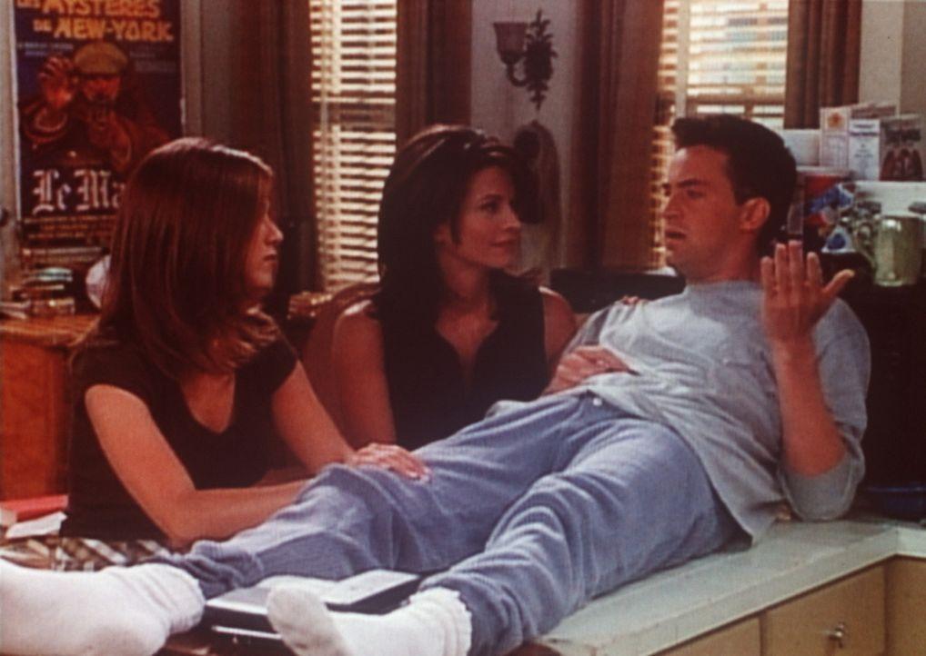 Chandler (Matthew Perry, r.) ist völlig fertig: Janice will die Beziehung zu ihm einfach nicht vertiefen. Monica (Courteney Cox, M.) und Rachel (Je... - Bildquelle: TM+  2000 WARNER BROS.