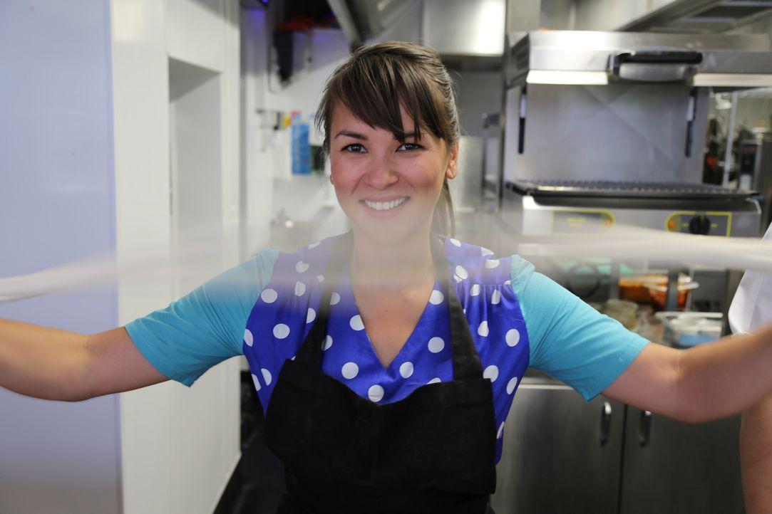 Selbstgemachte Nudeln: Rachel Khoo versucht mit mehr oder weniger geschickten Händen, Nudeln herzustellen ... - Bildquelle: Richard Hill BBC 2013