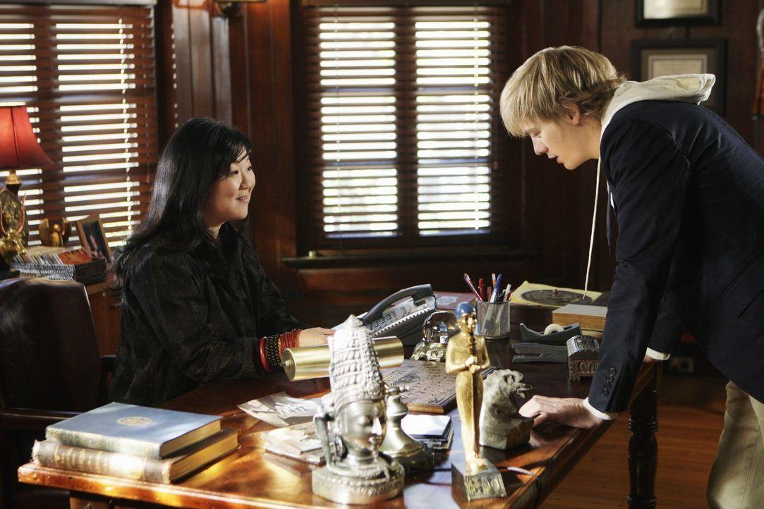 Als ihm seine Professorin Avery Grant (Margaret Cho, l.) erzählt, dass sie von einem Geist heimgesucht wird, legt ihr Ned (Christoph Sanders, r.) na... - Bildquelle: ABC Studios