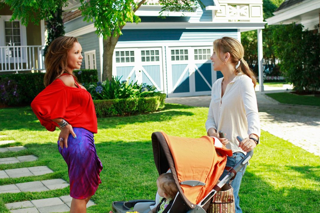 Während sich Renee (Vanessa Williams, l.) an den neuen Nachbarn Ben Faulkner heran schmeißt, macht sich Lynette (Felicity Huffman, r.) wegen der Tat... - Bildquelle: Touchstone Pictures