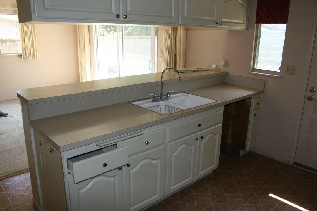 Die altbackene Einrichtung der 60er-Jahre Immobilie muss raus und gegen eine moderne, offenere Küche ersetzt werden. Doch bleibt dank Tareks Ausgabe... - Bildquelle: 2016,HGTV/Scripps Networks, LLC. All Rights Reserved