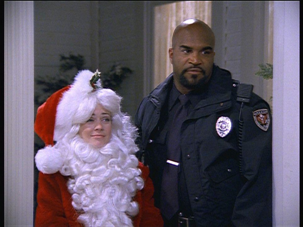 Sabrina (Melissa Joan Hart, l.) wurde von einem Polizisten (Buddy Lewis, r.) aufgegriffen. Als Weihnachtsmann verkleidet, hatte sie versucht, die We... - Bildquelle: Paramount Pictures