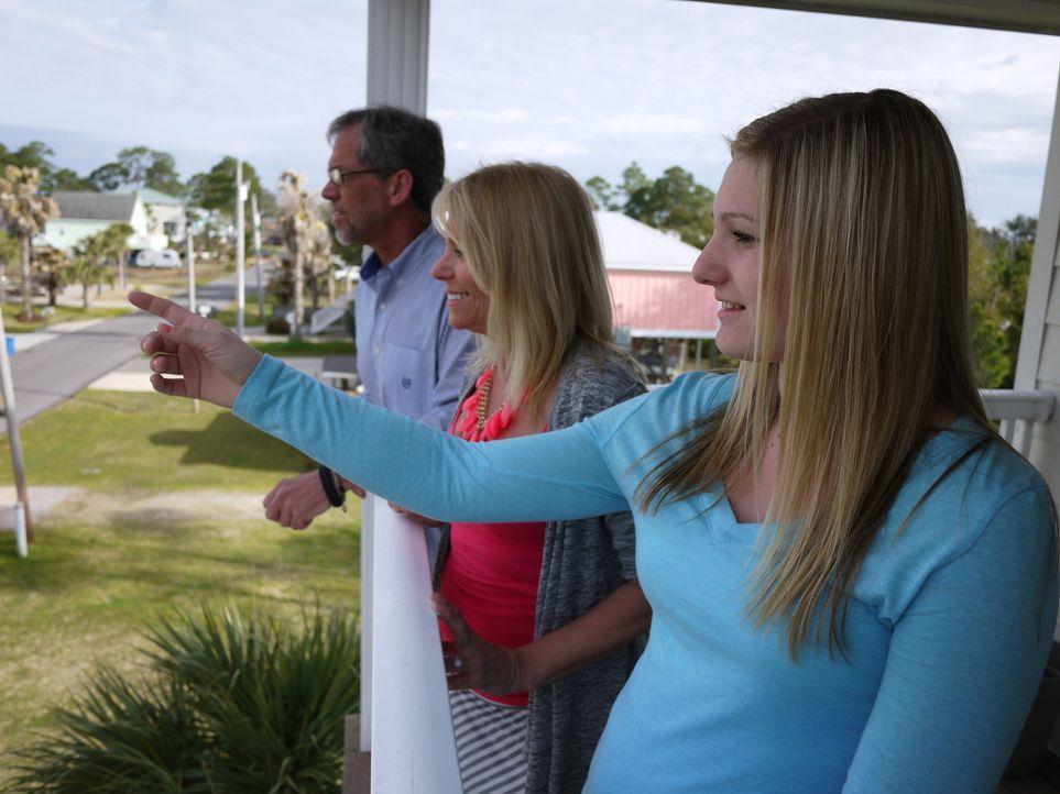 Ken (l.) möchte seiner Verlobten Rhonda (M.) den Traum vom eigenen Haus direkt am Strand erfüllen, doch diese hat Zweifel, ob jetzt der richtige Zei... - Bildquelle: 2014, HGTV/Scripps Networks, LLC. All Rights Reserved.
