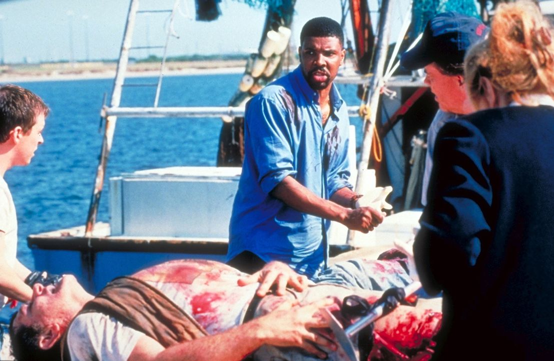"""Jetzt kann Dr. Benton (Eriq La Salle, M.) bei seinem """"Ferienjob"""" als Landarzt doch noch beweisen, was in ihm steckt. Bei einer Explosion ihres Boote... - Bildquelle: TM+  2000 WARNER BROS."""