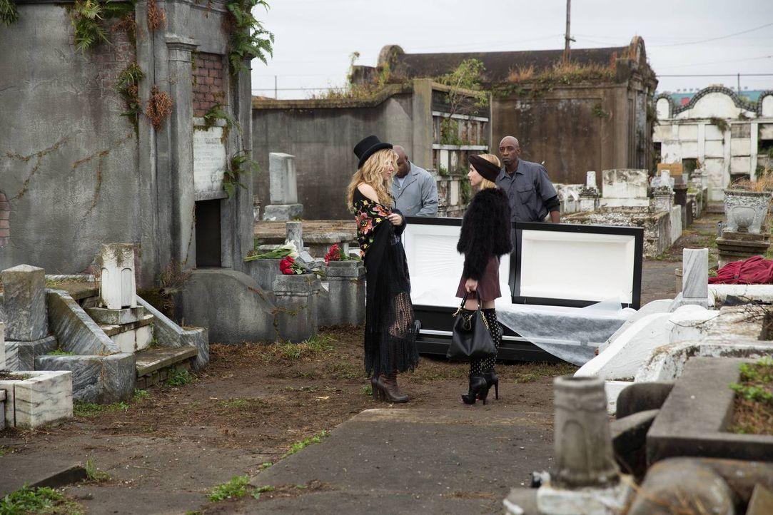 Wer ist mächtiger: Madison (Emma Roberts, r.) zeigt der erstaunten Misty (Lily Rabe, l.), wie stark ihre Kräfte sind ... - Bildquelle: 2013-2014 Fox and its related entities. All rights reserved.