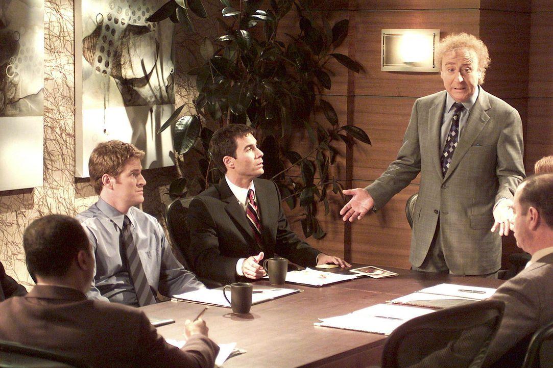 Mr. Stein (Gene Wilder, stehend) teilt seinen leitenden Angestellten nach seinem angeblichen London-Aufenthalt mit, dass sich ab sofort alles änder... - Bildquelle: NBC Productions