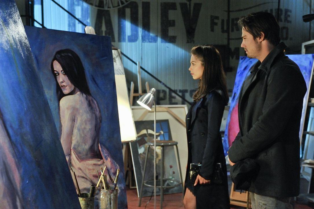 Der Künstler Nicholas Varkas wurde ermordet. Vincent (Jay Ryan, r.) macht eine Entdeckung, die er Catherine (Kristin Kreuk, l.) nicht vorenthalten m... - Bildquelle: 2012 The CW Network, LLC. All rights reserved.