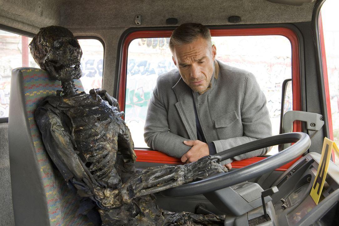 Ein alter Bekannter wird ermordet und Rocher (Philippe Bas) setzt alles daran, den Fall zu lösen ... - Bildquelle: 2015 BEAUBOURG AUDIOVISUEL