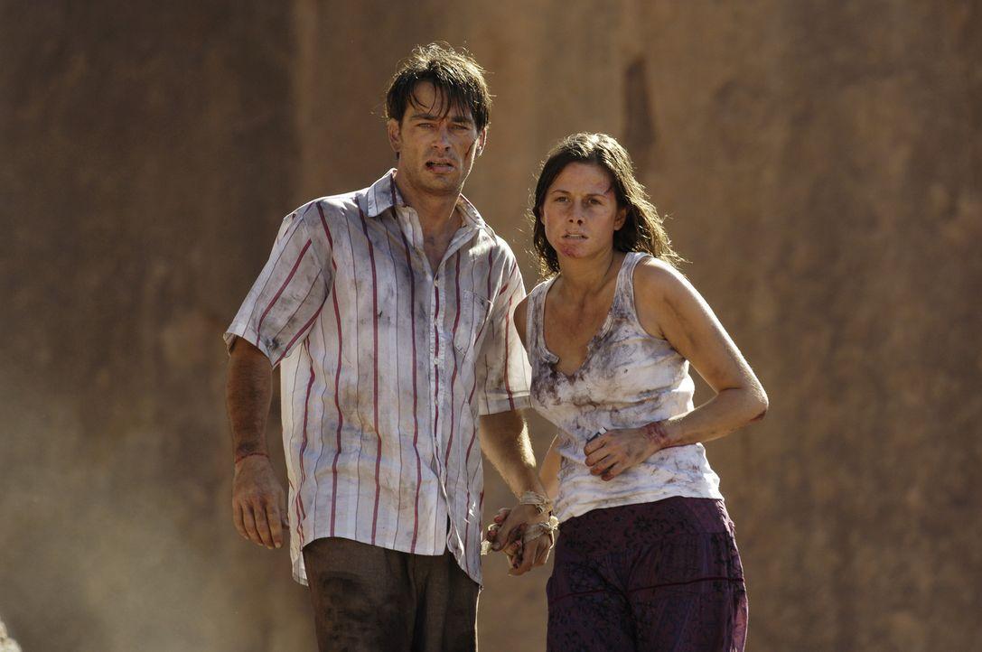 Obwohl Sascha (Jan Sosniok, l.) mit Tariks Hilfe Julia (Ellenie Salvo Gonzalez, r.) befreien kann, hat der Albtraum noch kein Ende: Sie müssen die... - Bildquelle: ProSieben