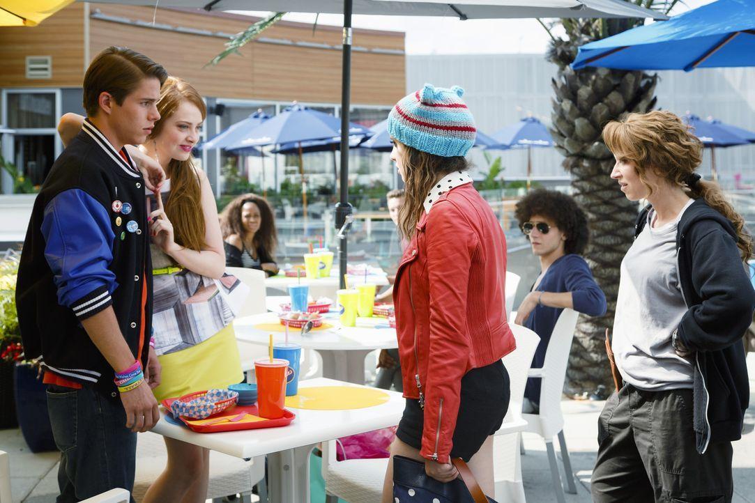 Als Monica (Laura Marano, 2.v.r.) denkt ihr Tag könnte nicht schlimmer werden, erwischen sie und Liz (Leigh-Allyn Baker, r.) ihren Freund Kyle (Jake... - Bildquelle: Touchstone Television