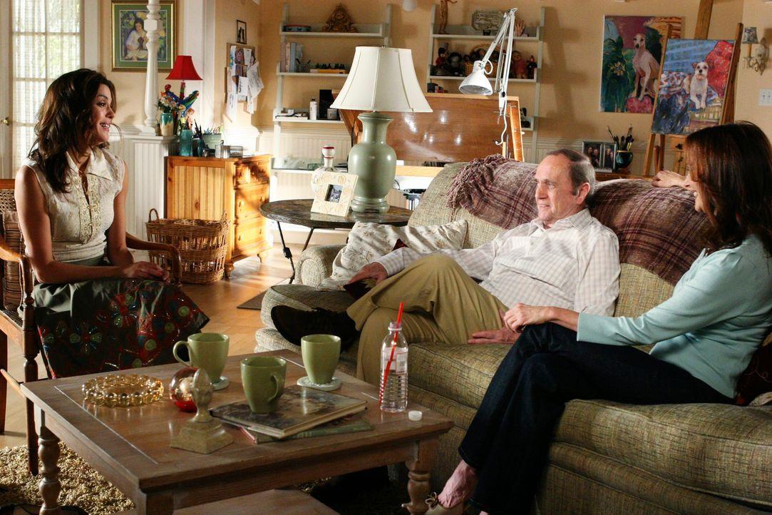 Morty (Bob Newhart, M.) und Sophie (Lesley Ann Warren, r.) versuchen Susan (Teri Hatcher, l.) nach ihrer Trennung von Mike etwas aufzuheitern ... - Bildquelle: 2005 Touchstone Television  All Rights Reserved