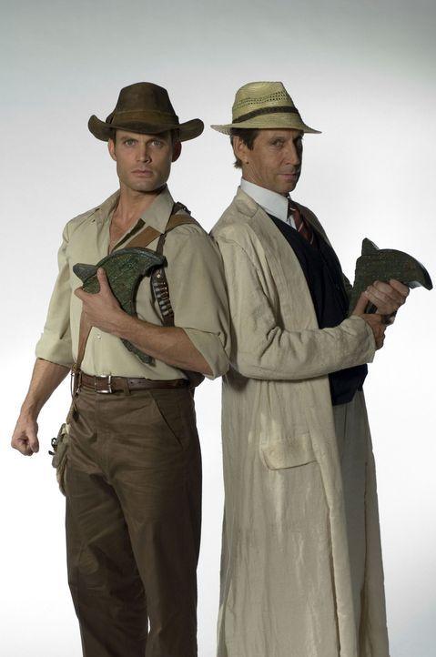 Feinde für's Leben: die beiden Archäologen Danny Freemont (Casper Van Dien, l.) und Morgan Sinclair (Jonathan Hyde, r.) ... - Bildquelle: 2006 RHI Entertainment Distribution, LLC