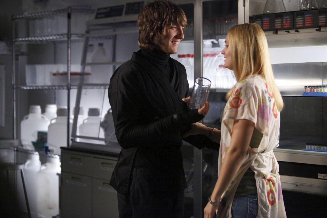 """Auf der """"Ende der Welt""""-Party hat Casey (Spencer Grammer, r.) Cappie (Scott Michael Foster, l.) ihre Liebe gestanden. Als die beiden am Tag danach a... - Bildquelle: 2009 DISNEY ENTERPRISES, INC. All rights reserved. NO ARCHIVING. NO RESALE."""